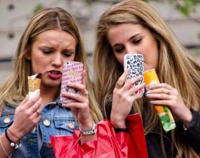 20150421161906-3-things-make-you-smarter-mobile-strategy-girls-phones-women-texting-photos-ice-cream